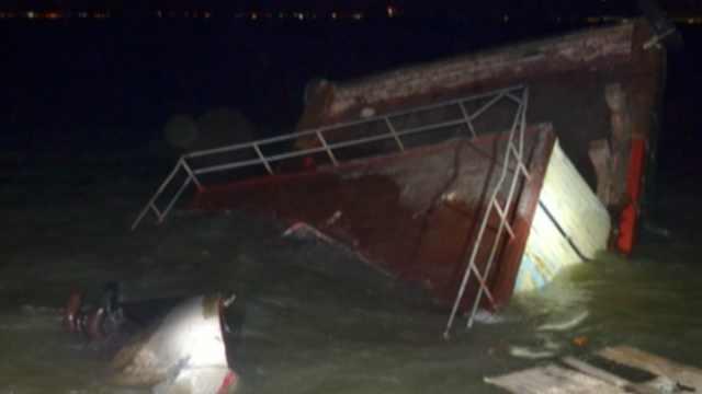 渔船夜怼运沙船,进水沉没船员逃生