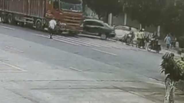 小车遭货车怼飞,横扫斑马线上多人
