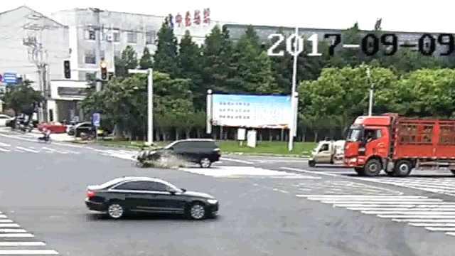 老人骑电动车闯红灯,被撞飞几十米