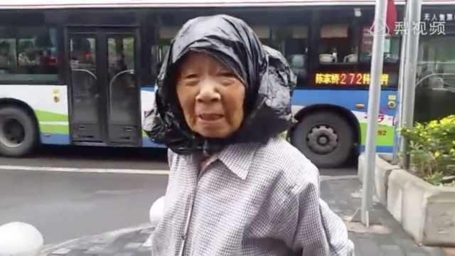 萌老太头套塑料袋,雨中捡水瓶