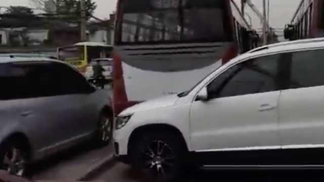 咋回事?中学门前,公交遭私家车围堵