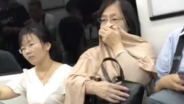她地铁吃蛋挞掉渣,阿姨劝还不耐烦
