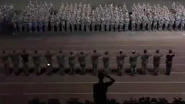 军训结束,他们齐唱《再见》送别