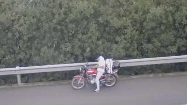 无证男骑摩托上高速,遇警车竟逆行