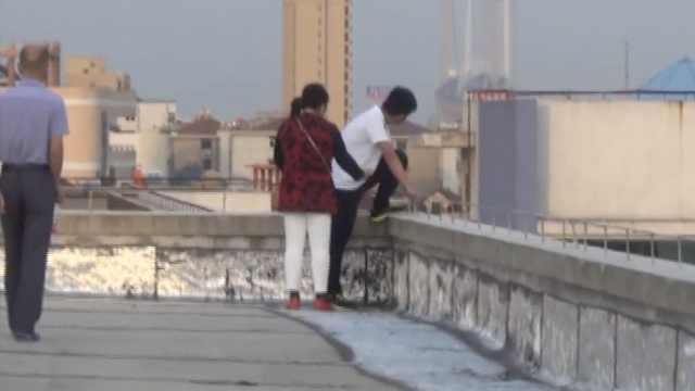 男生因琐事情绪失控,要从4楼跳下