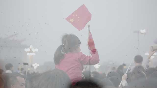 第1次天安门看升旗,他捧着父亲照片