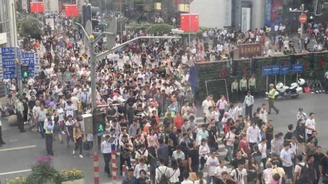 挤!假期首日,游客挤爆南京路豫园