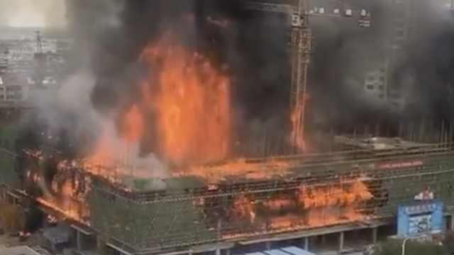在建工地起火,隔壁两楼房窗户炸裂