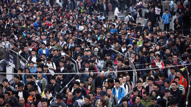 北京返程客流扎堆,游客吐槽:没玩够