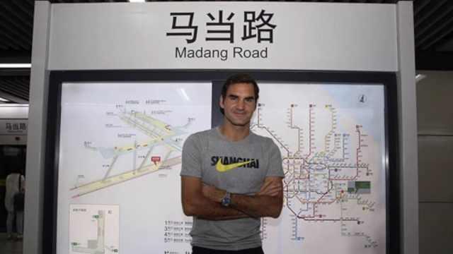 费德勒现身地铁,大爷催他上海买房
