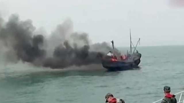 渔船起火,海上大救援似电影