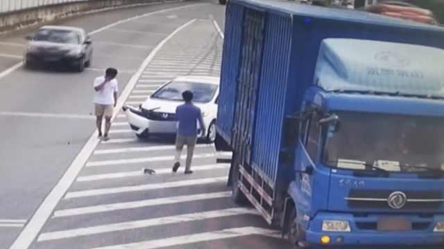 小车高速急变道,货车躲闪不及撞上