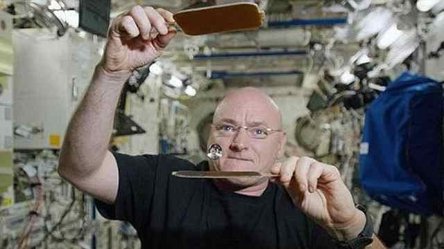 宇航员用漂浮水珠在太空中打乒乓