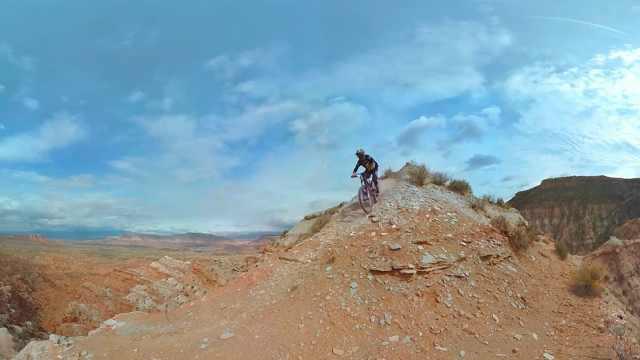 这小哥胆子够肥:戈壁山谷骑单车