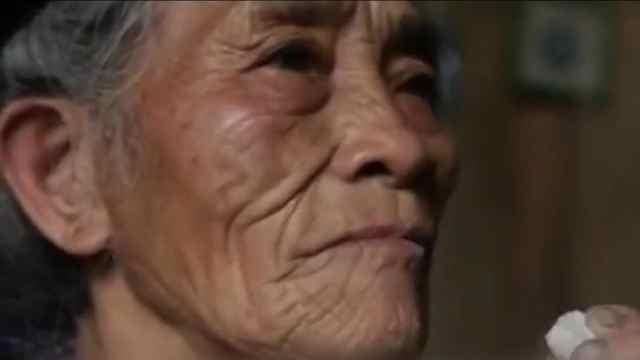 七旬老太吃石头成瘾,根本停不下来