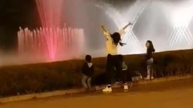 美女放飞自我,跟着喷泉魔性尬舞