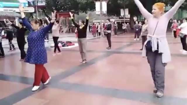 重庆大妈征服外国阿姨,嗨起广场舞