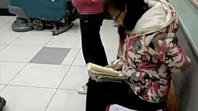 女教师厕所前批改作业,累了捶捶腰