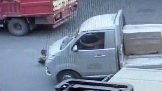 3岁男童独自玩耍,蹲货车前遭碾压