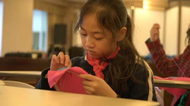 早安,重庆|教室里多了好多小绣娘