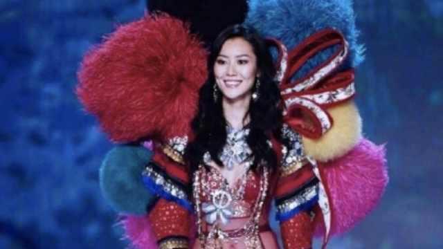 刘雯首戴翅膀走维密,粉丝在外加油