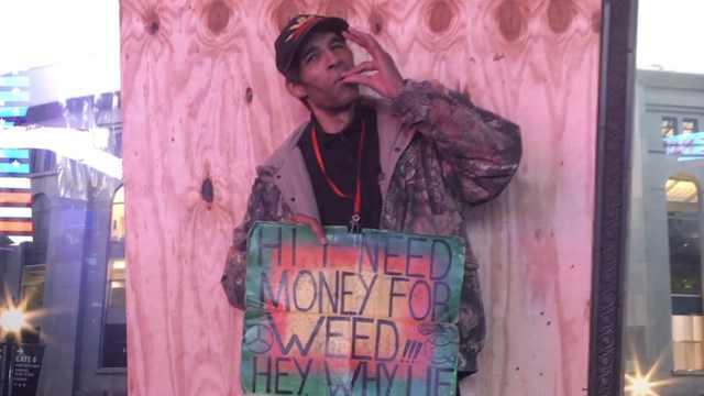纽约时报广场男子竟当街要钱抽大麻