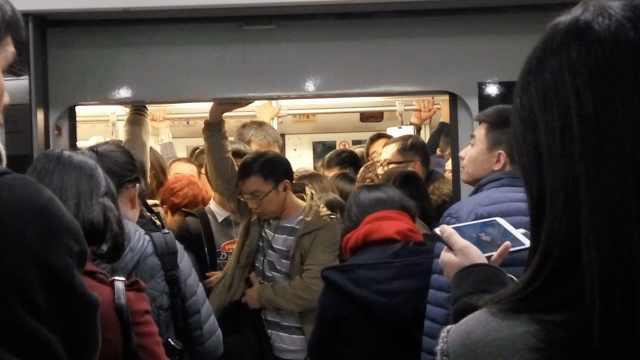 我们挤上了早高峰魔都地铁,然后…
