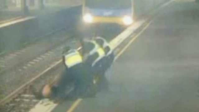 女子掉入铁轨,车到站前一秒被拉出