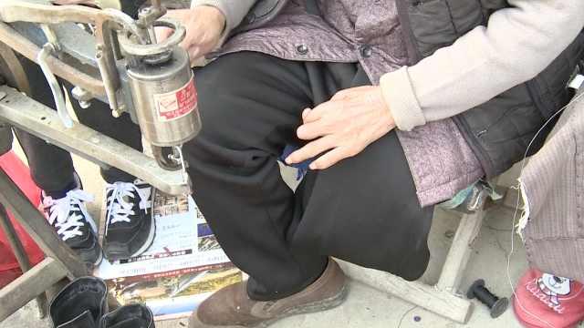 单腿大爷修鞋40年,月入800称很幸福