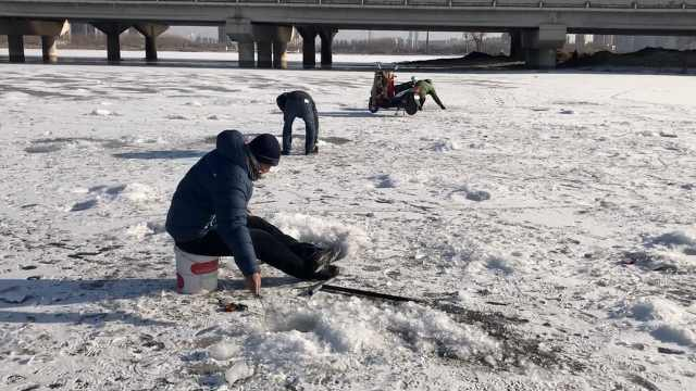零下17度!他们湖心砸冰,蹲坐钓鱼