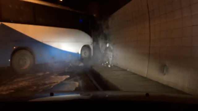 货车刮擦隧道翻车,大客躲不及撞墙