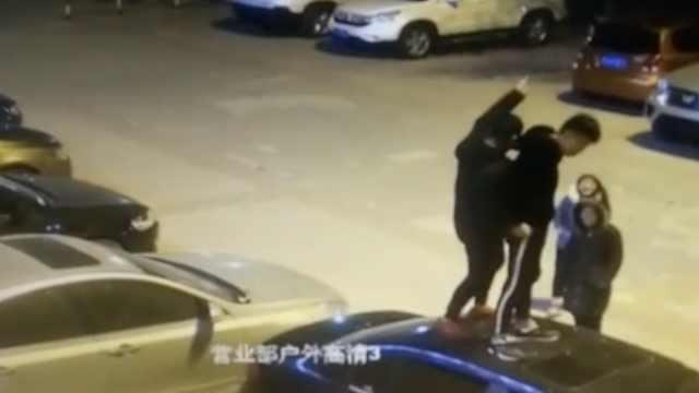 2男带2女街头夜游,跳车顶耍酷炫耀
