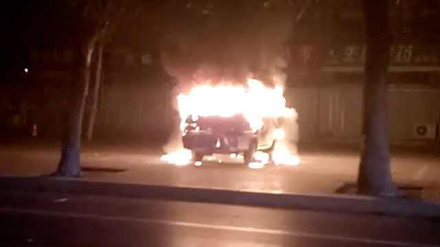 监拍:男子深夜纵火,面包车烧成空架