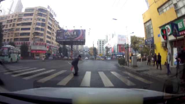 红灯也温暖:老人过马路,众车礼让