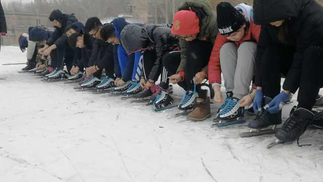 操场浇水变冰场,大学生爱上滑冰课