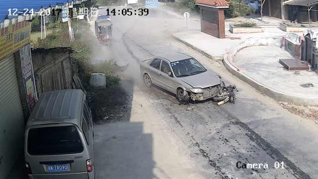 轿车强行超车,2摩托车先后遭撞飞