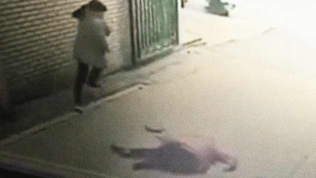 监拍 女子坠楼身亡 差点砸中行人
