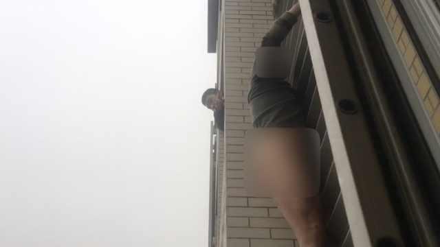 啥情况?男子赤裸下身扒在28楼窗外