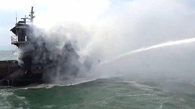 灵山湾海域工程船突然起火
