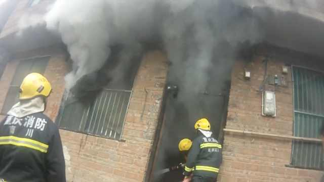 居民楼突发大火,消防员冲入急救