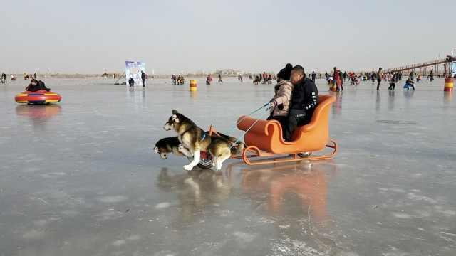 太好玩啦!甘肃千人湿地滑冰过新年