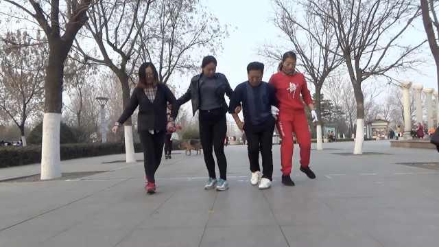 大爷携4女子跳鬼步舞:比广场舞欢快