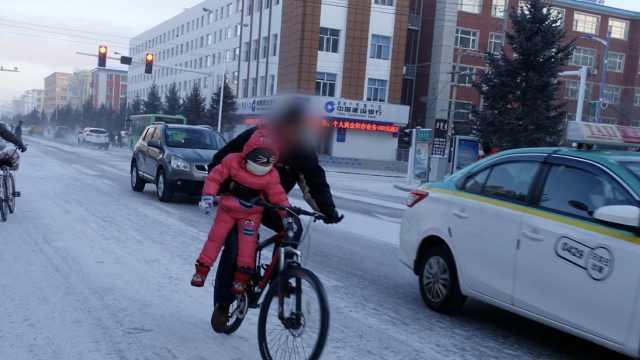 有座不让坐?他单手骑车,夹着娃悬空