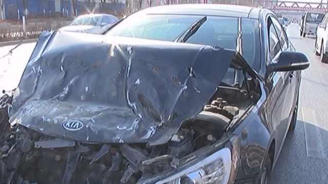避让行人两车相撞,轿车车盖撞变形