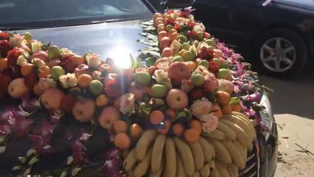 拉风&环保!婚车不扎鲜花,改堆水果