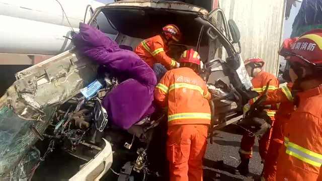 高速车祸致车头变形,伤员苦苦哀求