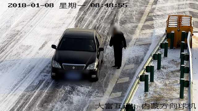 小车高速走错道!司机倒车,拦车问路