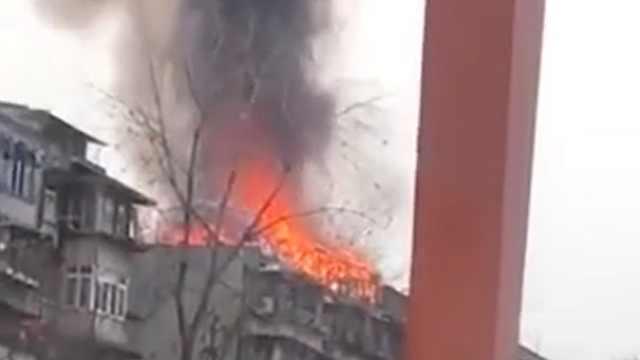 成都府河桥市场附近民房突发火灾