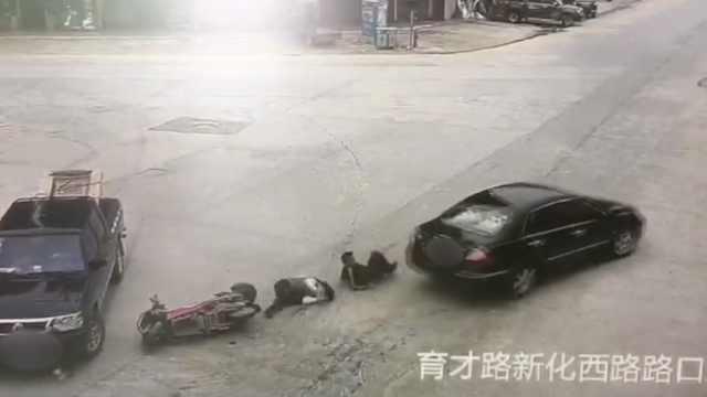 与死神擦肩!电动车遭前车撞,后车碾