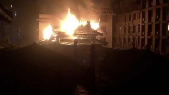 桂林一美食街凌晨大火,瓦房被烧毁